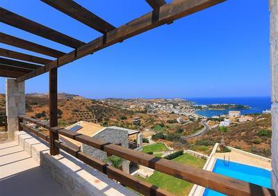 Kamenný dům v komplexu s bazénem a výhledem na moře, Kréta, Řecko