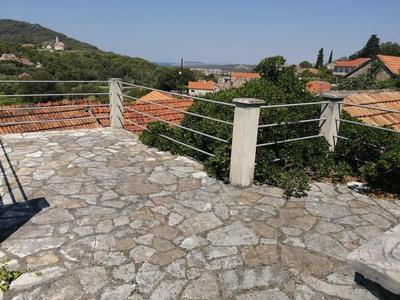 Kamenný dům s dílčím výhledem na moře, Hvar, Chorvatsko